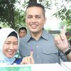 Wakil Gubernur Sumatera Utara Musa Rajekshah bersama istri saat menggunakan hak pilihnya di Tempat Pemungutan Suara (TPS) 006 Komplek Cemara Asri, Desa Sampali, Kecamatan Percut Seituan, Kabupaten Deliserdang