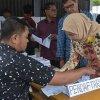 Sekretaris Daerah Provinsi Sumatera Utara Hj R Sabrina bersama keluarga ketika mencoblos di Tempat Pemungutan Suara (TPS) 068 Jalan Eka Rasmi, Medan Johor, Medan