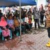 Gubernur Sumatera Utara, Edy Rahmayadi berdialog dengan warga pengungsi bencana banjir bandang dan longsor yang terjadi di Desa Muara Saladi, Kec. Ulu Pungkut, Kabupaten Mandailing Natal